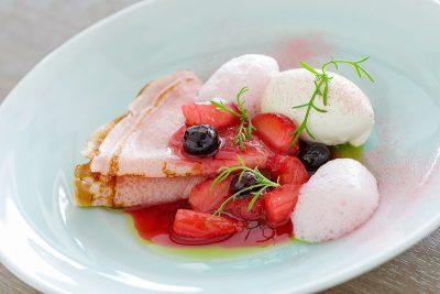 苺と桜の米粉のクレープシュゼットジャージー牛乳のアイス添え (3)